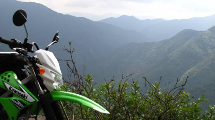 林道の向こうに見える山並み
