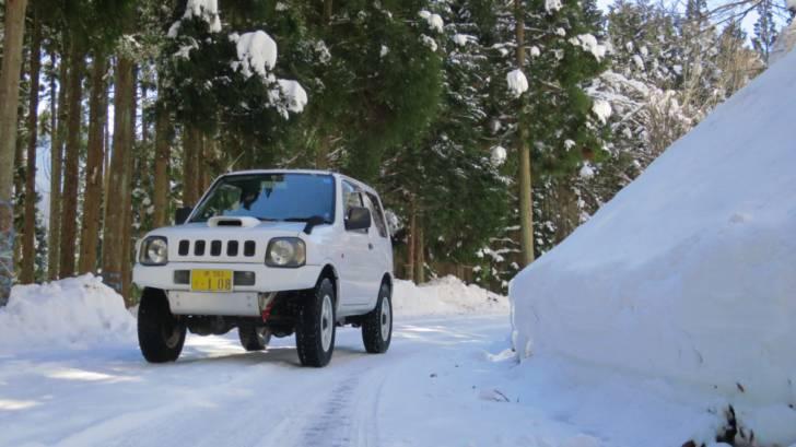滋賀県某所の林道。圧雪でよく滑る